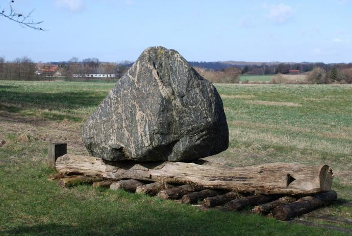 Da man byggede jættestuen har man muligvis transporteret stenene på denne måde, foto Jørgen Westphal