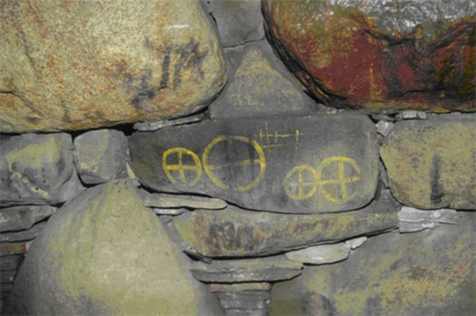 Helleristninger fra bronzealderen i kammeret i Rævehøj v. Dalby, foto 1997 Svend Illum Hansen